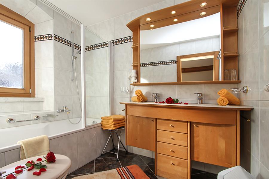 Badezimmer altholz neuesten design for Hotel badezimmer design
